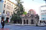 De mooie kerk op het Kapnikarea-plein - Athene